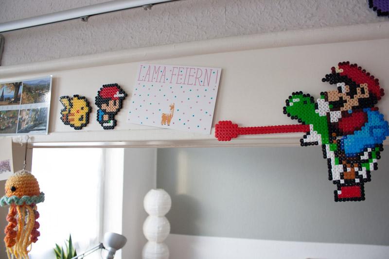 Détail décoration geek avec créations en perles Hama Pokémon et Mario