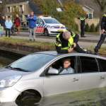 Nyderlanduose garbaus amžiaus sutuoktinių pora nauju automobiliu įvažiavo į vandens kanalą.