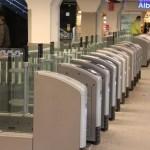 Parlamentarai siūlo stotyse paaukštinti vartus, kad žmonės liautųsi per juos šokinėti