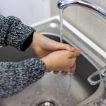 Higienos mitai: apie rankų plovimą, kasdienį galvos trinkimą, viešuosius tualetus