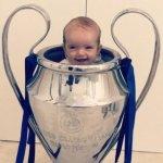 Olandų žvaigždė Wesley Sneijderis kūdikį gerbėjams pristatė itin originaliai – taurėje