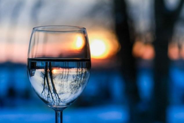 stikline-vanduo-atspindys