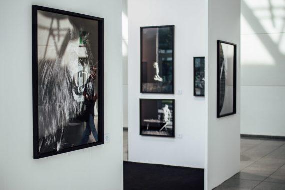 Gallery corner between halls