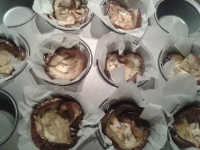 A parmigiana di melanzane light kis adagokban készítve: grillezett padlizsánszeletek, mortadella, mozzarella és paradicsomszósz