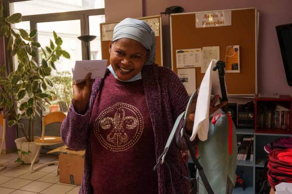 Distribution du Kit OlaTaNea à Fanta de la part de Monica