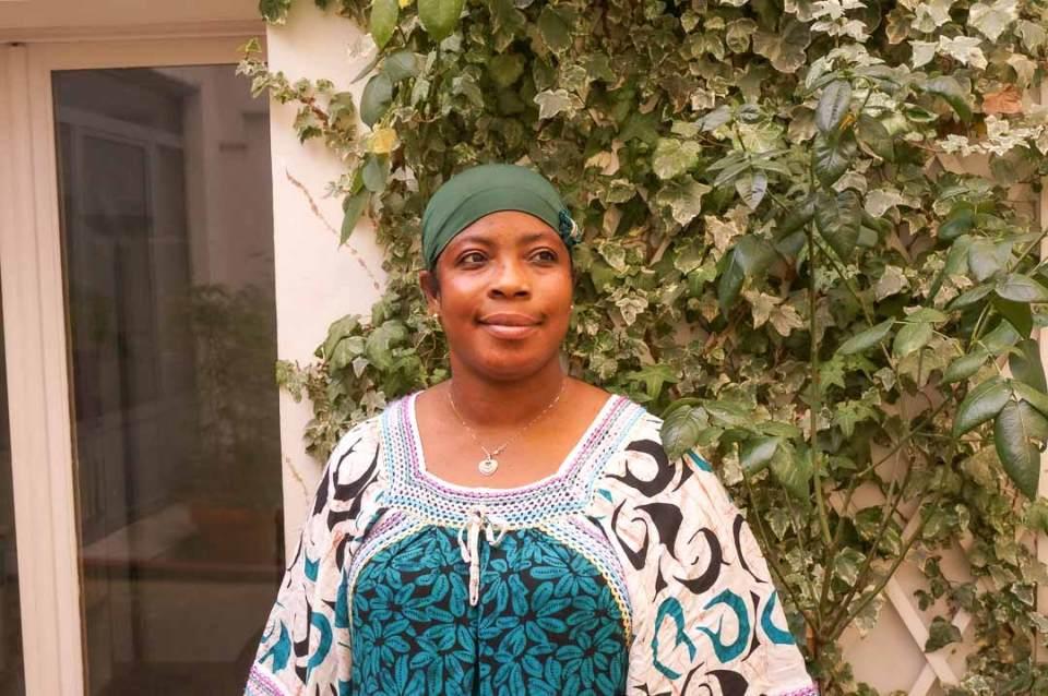 Distribution du Kit OlaTaNea à Fatouma de la part d'Amandine