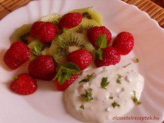 eper-kivi saláta, gyümölcssaláta fűszeres joghurtos öntettel