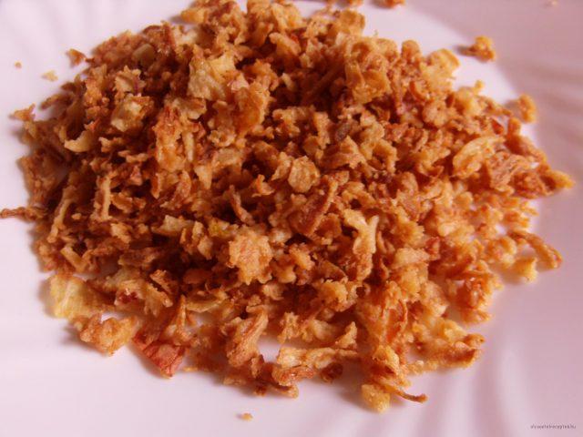 Ropogós sült hagyma készítése házilag, lyoni hagyma