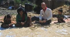 Mi siedo a sgranellare pannocchie con le donne del villaggio