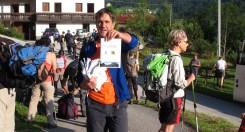 Maurizio mostra il libretto redatto per l'escursione