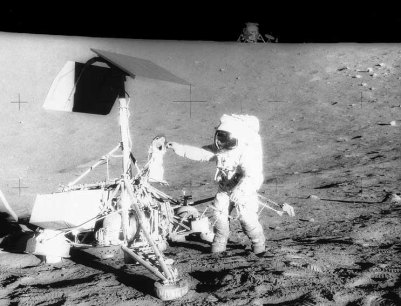 Il recupero del materiale della sonda Surveyor 3 da parte degli astronauti dell'Apollo 12 all'interno del cratere su cui si era posata la sonda (NASA-Apollo)