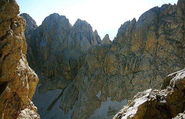 Le rocce attorno al ghiacciaio del Calderone