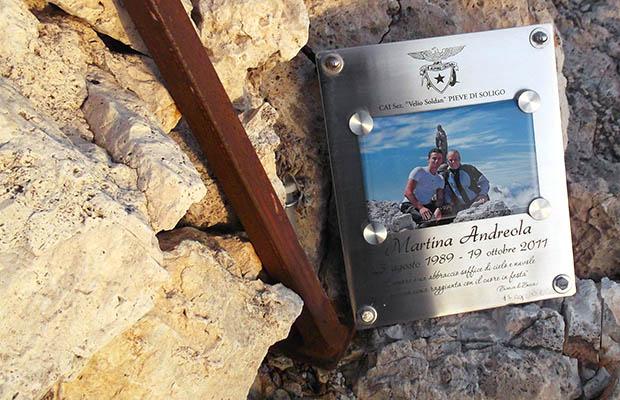La targa a Martina Andreola collocata sulla vetta