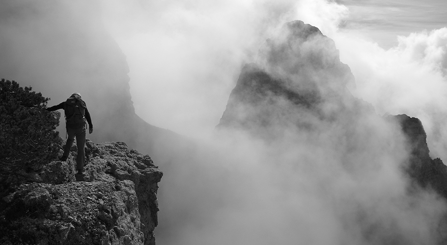 7. Tra le nebbie emerge la sagoma imponente della Cima Bus del Diàol (©loris de barba)