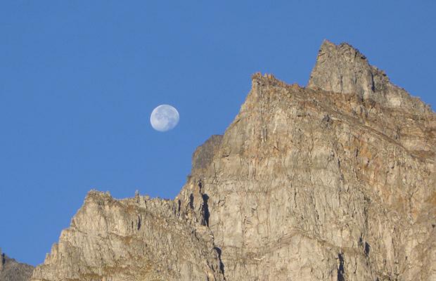 Le creste e la luna sopra l'Alpe Devero