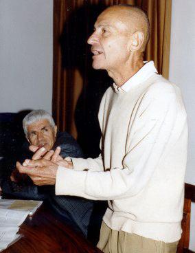 L'intervento di Piero Villaggio nel 1994 al convegno del Club Alpino Accademico Italiano su arrampicata e ambientalismo. In quella circostanza, Villaggio si espresse contro una troppo disinvolta divulgazione dell'arrampicata in falesia. Accanto allo studioso, nella foto di Roberto Serafin, l'allora presidente dell'Accademico Giovanni Rossi.