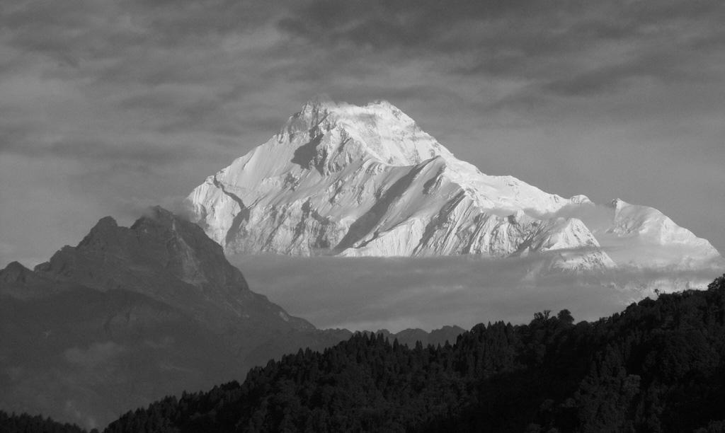 La cresta che conduce al Zemu Peak (c. 7780 m),  il cui vertice si connette con la possente cresta Est-Sud-Est del Kanchenzonga Sud (8476 m)