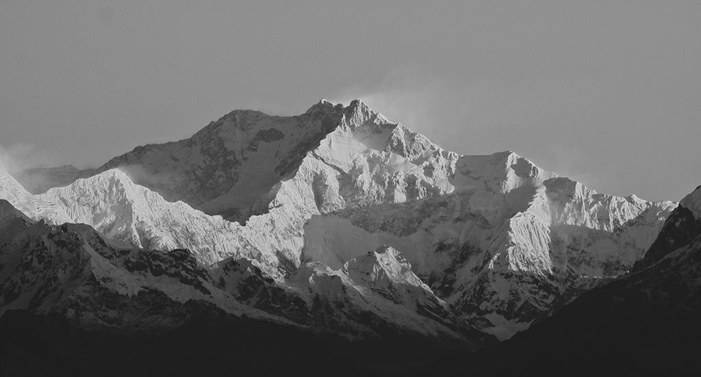 Una classica immagine del Kanchenzonga da sud. Zemu Ridge e Zemu Peak sulla destra