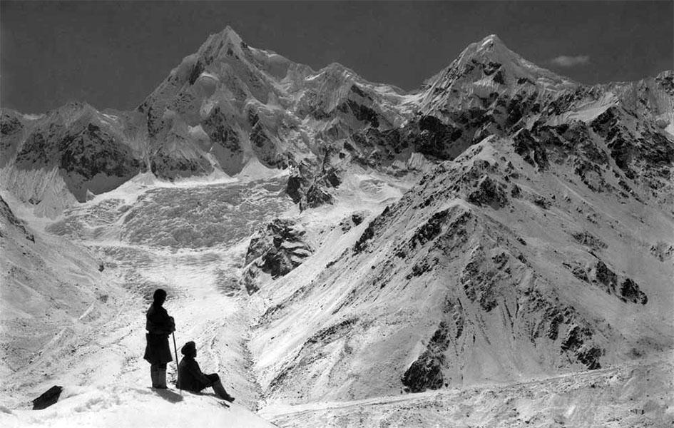 SK 65 | Vittorio Sella, Gruppo del Siniolchun dopo una forte nevicata dalla punta a nord del Ghiacciaio Zemu (Sikkim), 1899 | La foto simbolo della spedizione | In alto sulla destra si va verso il Colle Zemu e l'inizio della cresta che porta al Zemu Peak | ©Fondazione Sella
