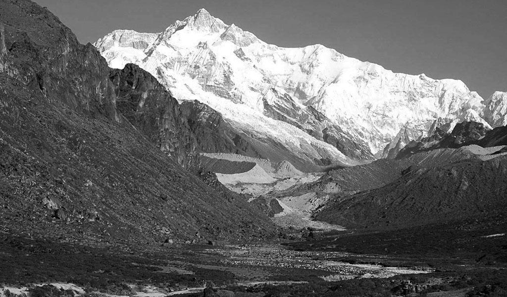 Il Kanchenzonga e la Zemu Ridge viste da sud durante il trekking d'avvicinamento al Goecha-La