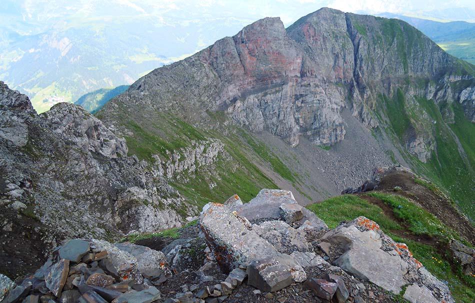 Il Siéf, con al centro la crepa prodotta dalla mina austriaca, visto dal Col di Lana (ph Claudio Loreto)