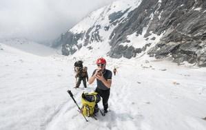 8. Pure il fotografo Enrico Ferri si ristora durante la faticosa salita al Campo Zemu (ph E. Ferri – K2014.it)