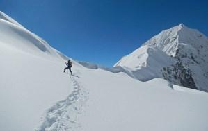 7. Appena sotto il Colle Tilman si tenta la prima attraversata del ghiacciaio pensile connesso direttamente con la parete Sud del Kanche