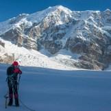 7. Alberto comunica alla radio con il CBO l'inizio dell'esplorazione del grande corridoio glaciale del South Simvo Glacier. Sullo sfondo il Simvo (6800 m)