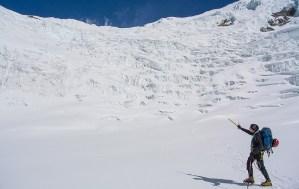 11. Andrea indica i tre puntini che stanno per affrontare la seconda sezione della muraglia di ghiaccio per arrivare al nuovo colle-intaglio (alla fine il dislivello sarà di 1000 metri dalla base del ghiacciaio)