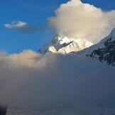 18. Spettacolare visione del Kanchenzonga e della Cresta Zemu, durante la salita. Tra le nuvole la Porta della Rivelazione Perenne