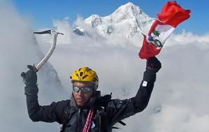 20. Cesar in vetta alla Cima Nord sventola la bandiera del Perù. Sullo sfondo il Pandim