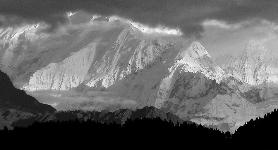 Suggestiva immagine con tutta la Zemu Ridge fino al Colle Zemu
