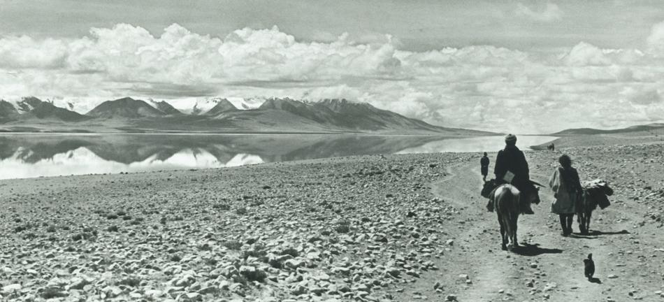 Tibet. Verso Tuna, 1937. Carovaniera e lago Rham, a circa 4200 metri. Foto di Fosco Maraini, Archivio Sezione CAI Castelnuovo di Garfagnana.
