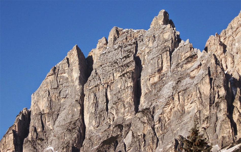 In basso a sinistra, sulla parete S della Punta Fiames, si intravvede la chiazza ghiaiosa (ph Ernesto Majoni)