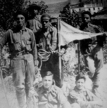 Da sinistra, in piedi: Massimo Trinetti, Antonio Giancola, Ernesto Sivitilli (con la corda e il gagliardetto) e Armando Trentini; seduti: Igino Panza e Bruno Marsili.