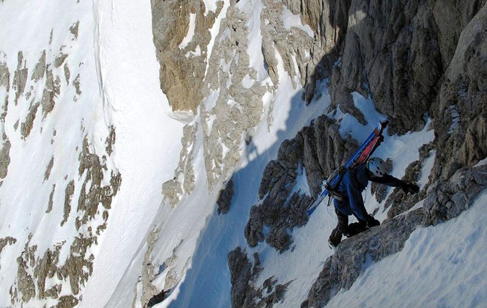 6. Alla ricerca di un passaggio per il canale che dà accesso alla cima (ph. Loris De Barba)