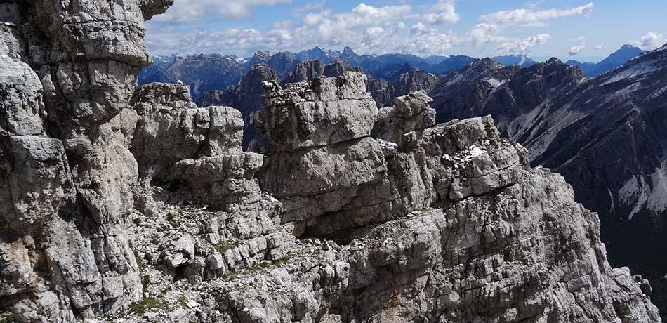 Passaggi tra punte rocciose durante la salita