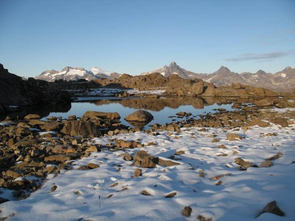 Un lago fra le montagne di Tasiilaq, Groenlandia