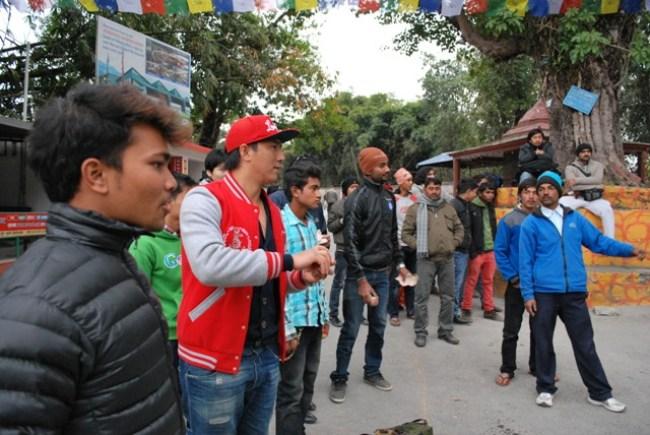 Chlapci si v Pokhare krátia čas hrami. Lopty hádžu za peniaze do plechoviek.
