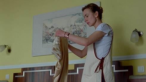 Hélène finds the nightgown