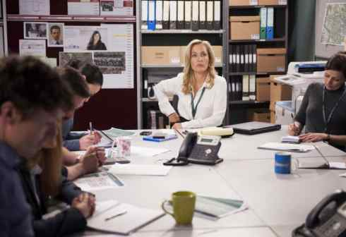 Stella Gibson talks to her officers.