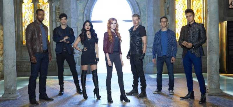 Harry Shum Jr., Isaiah Mustafa, Emeraude Toubia, Katherine McNamara, Dominic Sherwood, Matthew Daddario and Alberto Rosende in Shadowhunters: The Mortal Instruments