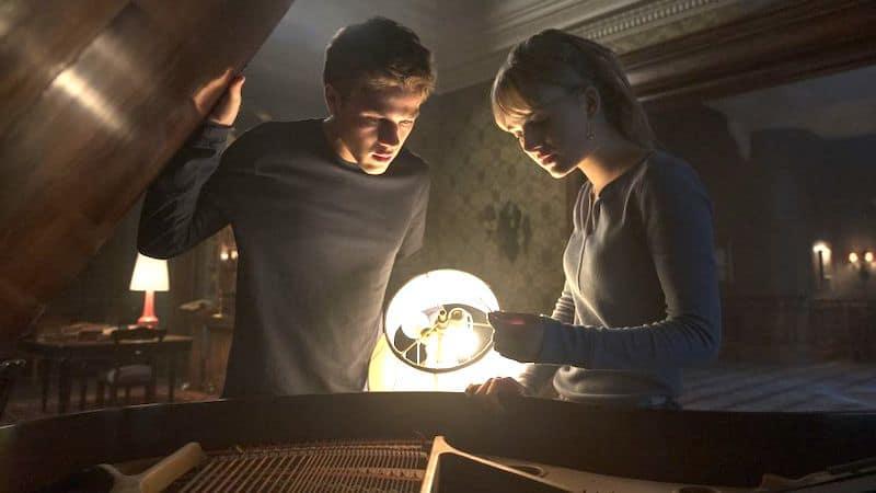 Connor Jessup and Emilia Jones in Locke & Key