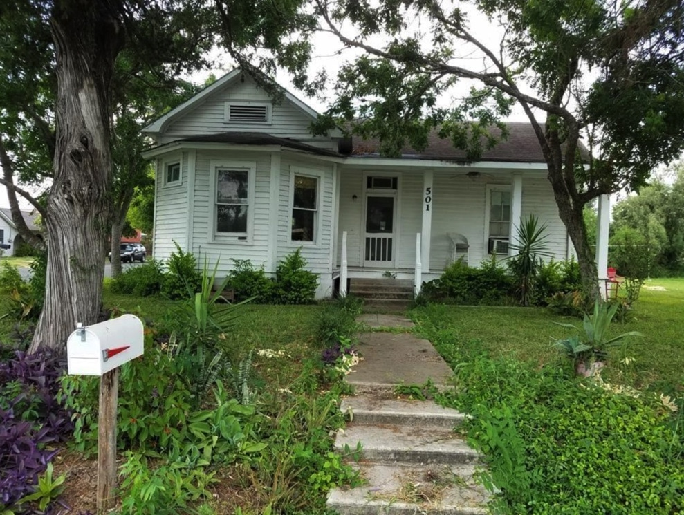 c.1900 Cheap Old House in Beeville Texas $63K