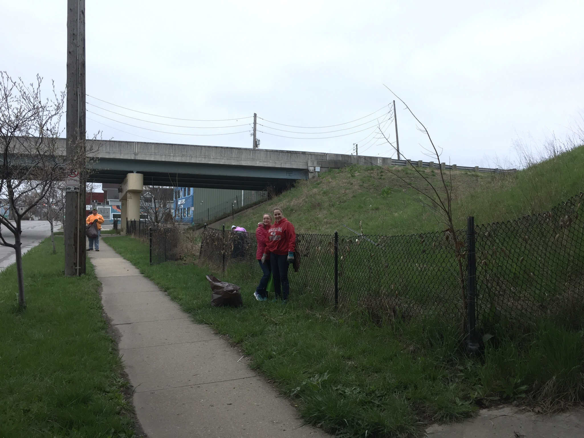 old southside 2017 great indy cleanup volunteers on meridian street
