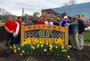 old southside 2017 great indy cleanup volunteers at welcome garden