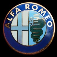 Logo Alfa Romeo als Abdeckung bei Hupe