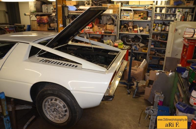 Maserati Merak SS mit aufgeklappter Motorhaube in der sich auch der Ersatzreifen befindet