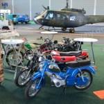 Klassikwelt Bodensee Motorräder im Hintergrund ein Hubschrauber für die späteren Kunstflüge über dem Messegelände