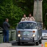Die beiden Filmschauspieler Elena Uhlig rechts und Fritz Karl im VW-Bus T2.